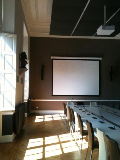 Choix de solutions acoustiques singulières (triple nappe acoustique suspendue séparées par des rails lumineux, revêtement mural en mousse textile)